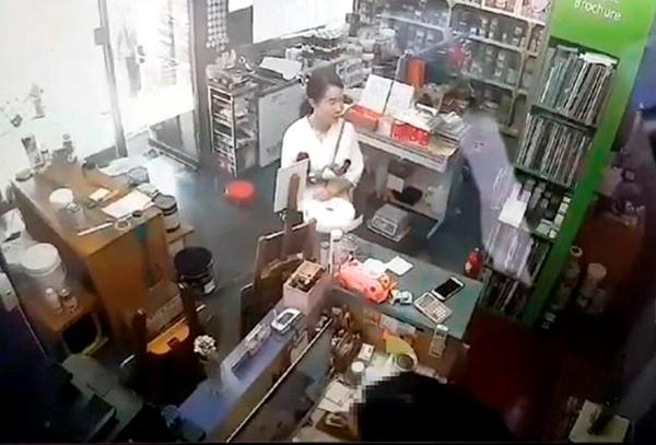 지난달 29일 피의자 고유정이 인천의 한 가게에서 시신 훼손에 쓰인 것으로 추정되는 방진복, 덧신 등을 사고 있다. /제주동부경찰서 제공