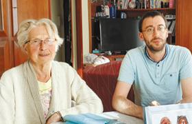'한식구'가 된 독거노인·청년 - 지난해 5월부터 2층짜리 단독주택에 함께 살고 있는 잔(왼쪽) 할머니와 요안.