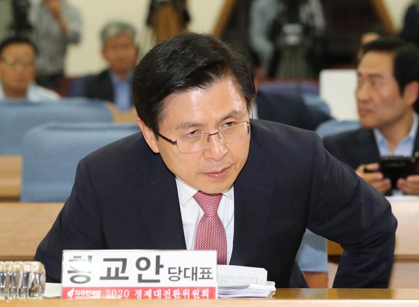 자유한국당 황교안 대표가 18일 오전 국회 의원회관에서 열린 '2020 경제대전환 어떻게 할 것인가' 토론회에서 자리에 앉고 있다./연합뉴스