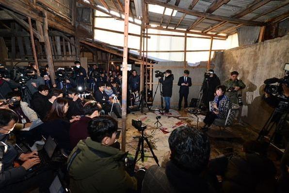 무소속 손혜원 의원이 지난 1월 23일 목포 '근대역사문화공간' 현장에서 기자회견을 열어 부동산 투기 의혹을 해명하고 있다. /연합뉴스