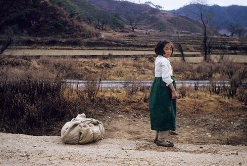 길 가다 보따리를 내려놓고 쉬고 있는 시골 소녀. 1953년 10월 /연합뉴스