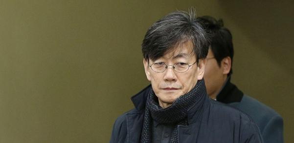 손석희 JTBC 대표가 지난 2월17일 새벽 서울 마포경찰서에서 조사를 받은 뒤 귀가하고 있다./ 조선DB
