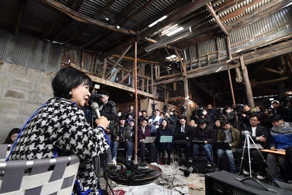 손혜원 의원이 지난 1월 23일 오후 목포 구도심에 있는 한 건물에서 기자간담회를 갖고 부동산 투기 의혹에 대해 해명하고 있다. /뉴시스
