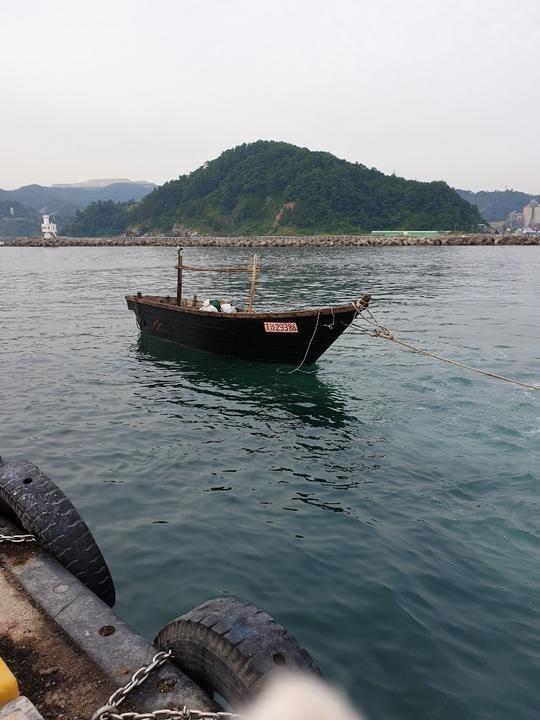 지난 15일 동해안 삼척항 인근에서 촬영된 북한 어선 사진. 이 어선에는 4명의 어민이 탑승했었다. 130km를 표류해 온 뒤 삼척항 방파제에 정박한 것으로 알려졌다. 선수 쪽에는 흰색 밧줄로 배를 묶어 정박시켜놓은 모습이 보인다. 우현쪽에는 배의 식별을 위한 것으로 보이는 붉은색 글씨가 쓰여있다. 배 안에는 장비와 옷가지 등으로 추정되는 물체가 보인다. /독자 제공