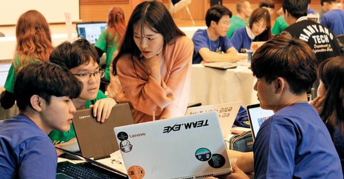 창업 경진 대회에서 한양대 학생들이 토론하는 모습.