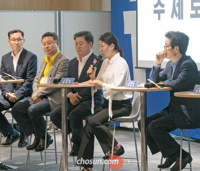 대통령 직속 일자리위원회와 수원시가 18일 경기수원컨벤션센터에서 개최한 '청년 일자리 토크 콘서트'에서 김효진(왼쪽에서 넷째) 수원시 청년정책위 부위원장이 발언하고 있다.
