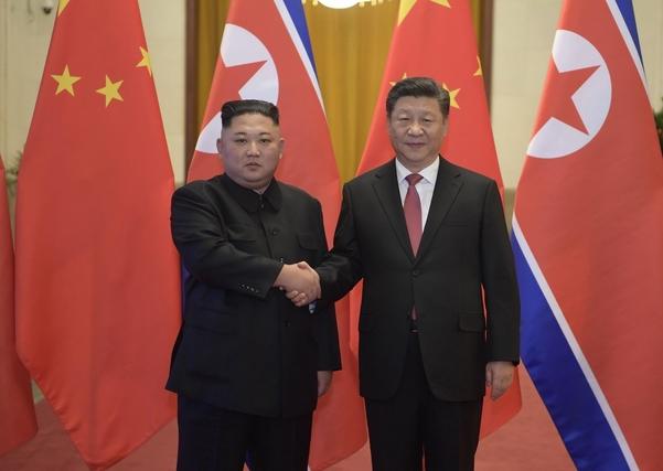 시진핑(오른쪽) 중국 국가주석과 김정은 북한 국무위원장이 지난 1월 10일 중국 베이징에서 정상회담을 하고 있다./연합뉴스