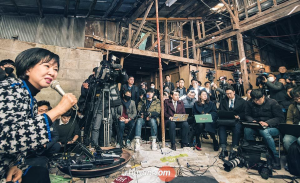 손혜원 무소속 의원이 지난 1월 23일 전남 목포 근대역사문화공간 건물에서 기자회견을 열고 부동산 투기 의혹에 대해 반박하고 있다. /김영근 기자