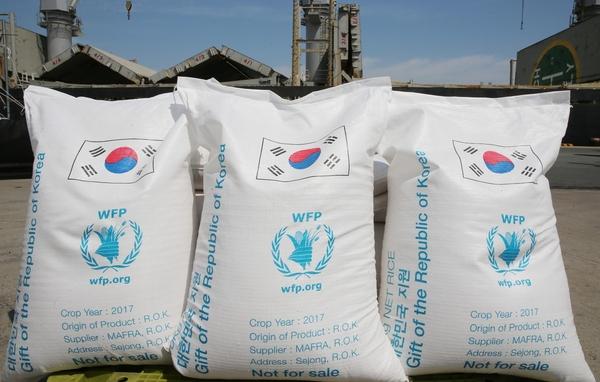 지난 5월 10일 전남 목포항 부두 선착장에서 열린 'WFP(세계식량계획) 쌀 5만톤 원조 출항' 기념식에서 우리 쌀 점보백이 선적을 기다리고 있다. 이날 출항하는 쌀은 다음 달 예멘 아덴 항구에 도착해 하역할 예정이다./연합뉴스