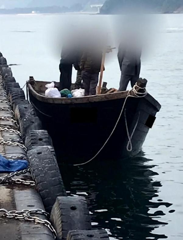 지난 15일 북한 선원 4명이 탄 어선이 연안에서 조업 중인 어민의 신고로 발견됐다는 정부 당국의 발표와 달리 삼척항에 정박했다고 KBS가 18일 보도했다. 사진은 북한 어선이 삼척항 내에 정박한 뒤 우리 주민과 대화하는 모습.