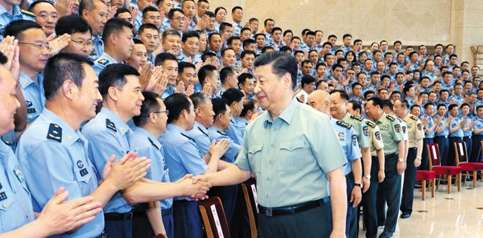 시진핑(가운데) 중국 국가주석이 지난 18일 중국 베이징에서 인민해방군 공군 제13차 당대표대회 대표들과 악수하고 있다. 시 주석은 20~21일 북한을 국빈(國賓) 방문할 예정이다.