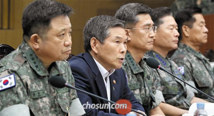 """정경두(왼쪽에서 둘째) 국방부 장관이 19일 서울 용산 국방부에서 열린 전군 지휘관회의에서 모두 발언을 하고 있다. 정 장관은 """"북한 어선 관련 상황에 대해서 매우 엄중한 상황으로 인식해야 한다""""며 """"우리가 100가지 잘한 점이 있더라도 이 한 가지 경계 작전에 실패가 있다면 국민의 신뢰를 얻을 수 없다""""고 했다."""