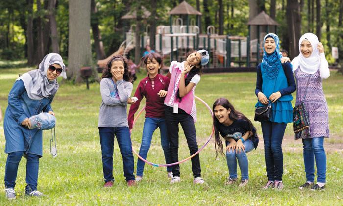 버펄로 난민 지원 기관 '여정의 종착점 난민 서비스'는 난민을 위한 다양한 지원 사업을 펼친다. 한 해 300~400명의 난민이 이곳에서 육아·교육·통역 서비스 등을 지원받는다. 이 센터 행사에 참가한 어린이들이 환하게 웃고 있다.