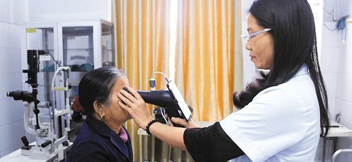 베트남 광찌성의 보건소에서 지역 주민이 '아이라이크'로 눈 검사를 받는 모습.