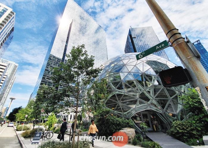 아마존이 뿌린 '혁신의 씨앗' 2010년 시애틀로 본사를 옮긴 미국 최대 인터넷 상거래 기업 아마존. 당시 시애틀 '원조 기업' 마이크로소프트의 인재 등을 노리던 아마존은 이후 또 다른 소프트웨어 개발자 산실로 작용하면서 시애틀을 혁신 도시로 만드는 동력(動力)이 됐다.