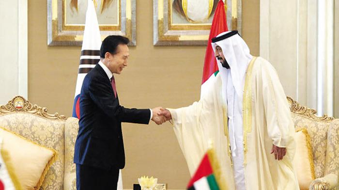 10년前, 웃으며 원전수출 계약했는데 - 2009년 12월 27일 이명박 당시 대통령이 UAE 아부다비에서 칼리파 대통령과 바라카 원전 4기 건설(약 21조원 규모) 사업 계약 서명식을 가진 뒤 악수하고 있다.