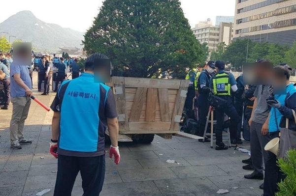25일 대한애국당 천막이 철거된 광화문 광장에 서울시가 대형 화분을 설치하는 모습. /권오은 기자