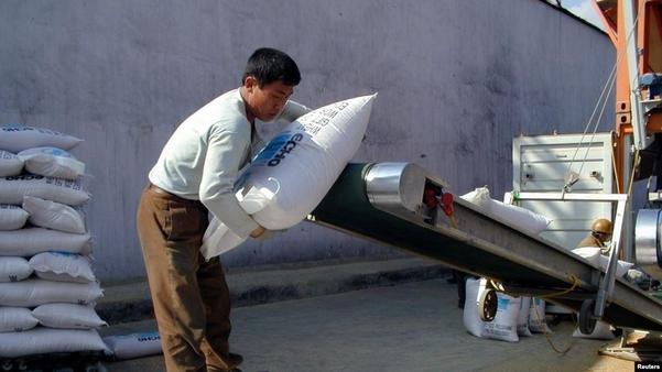 북한 남포항의 인부가 유럽연합 집행위원회 산하 인도지원사무국 ECHO가 지원한 대북 지원 물자를 트럭에 싣고 있다./VOA