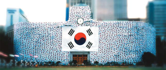 지난 2005년 광복 60주년 기념으로 서울시청사(現 서울도서관)를 감쌌던 수천 장의 태극기. /한성필 사진작가