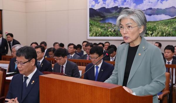 강경화 외교부 장관이 25일 국회 외통위 전체회의에서 발언을 하고 있다./연합뉴스