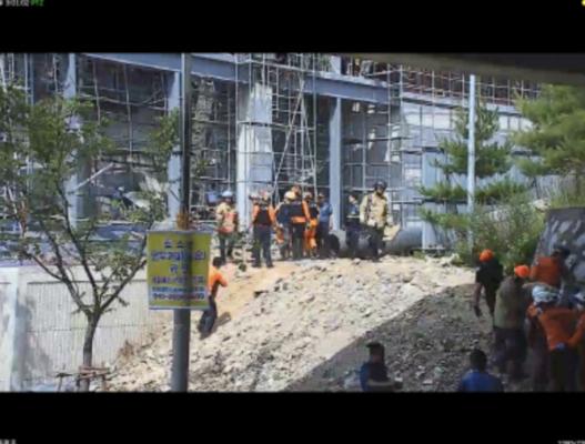 119구조대원들이 경남 창원시 진해구 물류창고 신축공사현장에서 노동자들을 구조하고 있다./창원소방본부 제공
