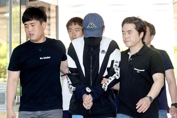 '신림동 강간미수' 사건 피의자 조모씨가 지난달 31일 영장실질심사를 받기 위해 서울중앙지법에 들어서고 있다. /뉴시스