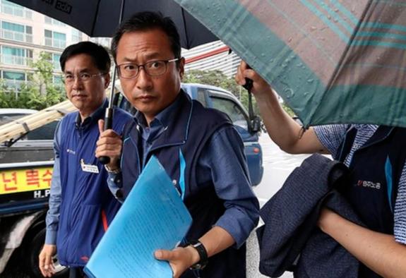 지난 7일 김명환 민주노총 위원장(왼쪽 두 번째)가 조사를 받기 위해 서울 영등포경찰서로 들어가고 있다. /연합뉴스