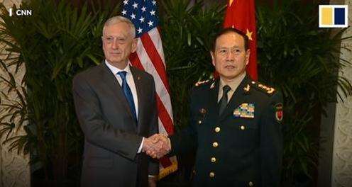 지난해 10월 필리핀을 방문한 제임스 매티스 미 국방장관(왼쪽)이 웨이펑허 중국 국방부장과 악수를 나누고 있다. /CNN·사우스차이나모닝포스트(SCMP)