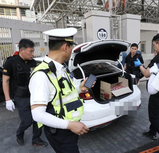 25일 서울 종로경찰서에 따르면 이날 오후 5시50분쯤 서울 종로구 미 대사관 정문으로 40대 남성 A(40)씨가 흰색 SM6 차량을 몰고 돌진했다./연합뉴스
