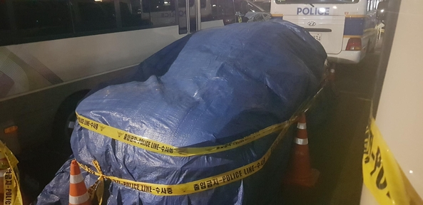 25일 서울 종로구 미 대사관 정문으로 돌진한 SM6 차량. /권오은 기자