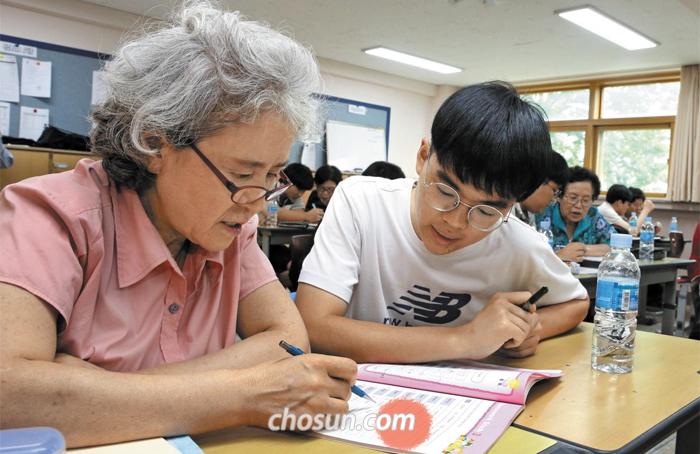 지난 19일 서울 마포구 숭문고의 한 교실에서 만학도 할머니들에게 숭문고 학생들이 1대1 방식으로 영어, 수학을 가르치고 있다.