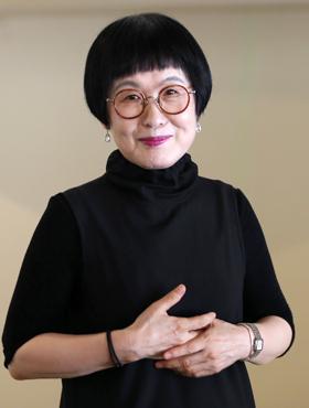 """김혜순 시인은 """"옛날에 쓴 내 시는 시간 속에 파묻고 가기 때문에 전혀 읽지 않는다""""며 """"지금 생각하는 것에 매달려 시를 쓸 뿐""""이라고 했다."""