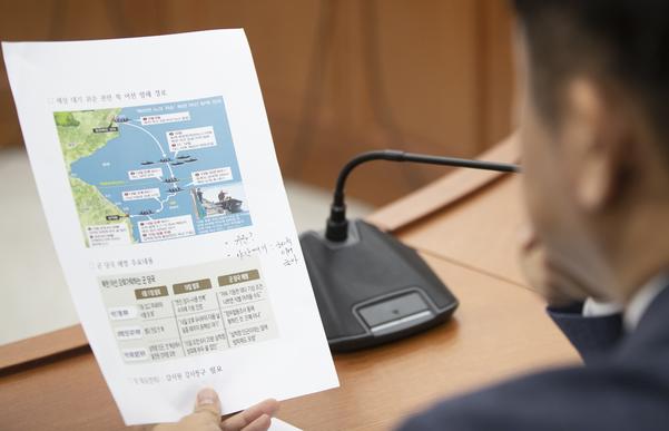바른미래당 유의동 의원이 지난 20일 오전 국회에서 열린 원내정책회의에서 귀순 관련 북한 어선 항로 관련 자료를 보고 있다./연합뉴스