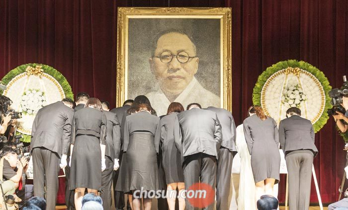 26일 오전 '백범 김구 선생 제70주기 추모식'에서 유가족들이 백범 선생의 영정 앞에 헌화하고 있다.