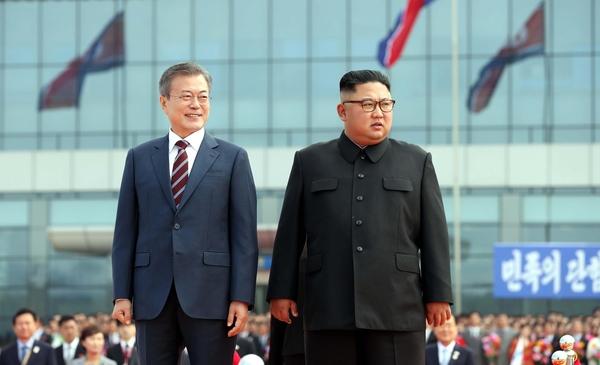 문재인 대통령과 김정은 북한 국무위원장이 지난해 9월 18일 평양 순안공항에서 환영 인사를 나온 평양 시민들을 바라보고 있다./연합뉴스