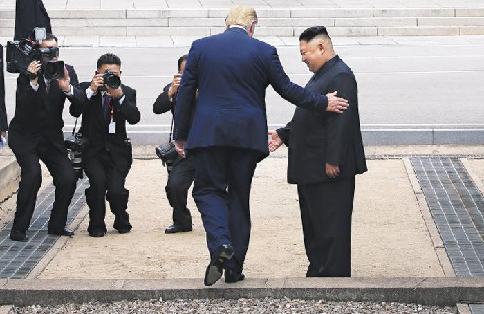 트럼프 미국 대통령이 30일 김정은 북한 국무위원장의 안내를 받으며 판문점 군사분계선(MDL)을 넘어 북측 지역으로 가고 있다. 트럼프 대통령은 군사분계선을 넘어 북한 땅을 밟은 첫 미국 대통령이 됐다.