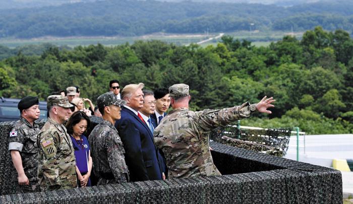 군복 대신 양복 입고, DMZ 초소 간 한미정상 - 30일 도널드 트럼프 미국 대통령과 문재인 대통령이 비무장지대(DMZ)내 오울렛 초소를 방문해 함께 북측 지역을 바라보고 있다.