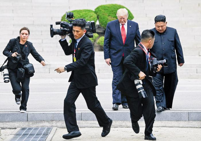 취재진도 어수선 - 판문점 군사분계선(MDL)을 넘어 북측 지역에 들어갔던 트럼프 대통령이 김정은 국무위원장과 함께 남측을 향해 되돌아오고 있다. 트럼프 대통령은 이날 북측 지역에서 1분가량 머물렀다.
