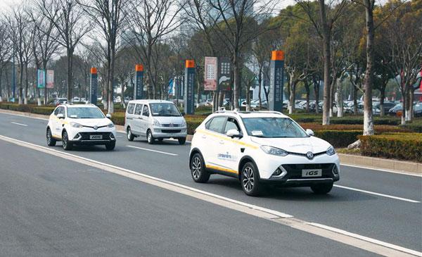 상하이 자율주행차 도로로 지정된 안팅의 바오위안루에서 중국 자율주행차들이 달리고 있다.