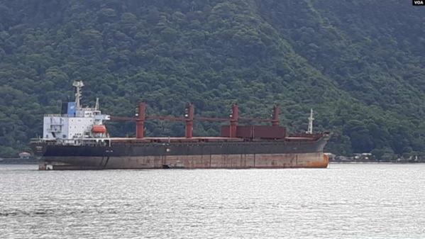 대북 제재 위반 혐의로 미국 정부가 압류한 북한 화물선 와이즈 어니스트호가 미국령 사모아 수도 파고파고항에서 1km쯤 떨어진 해상에 정박해 있다./VOA 제공