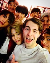 방탄소년단 일곱 멤버들과 함께한 제프 벤자민.