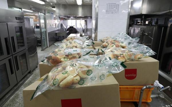 지난 4일 부산 한 초등학교 조리실에 빵이 놓여 있다. / 연합뉴스