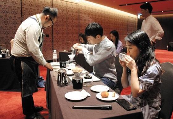 지난 2일 서울 레스케이프 호텔 8층 연회장에서 진행된 임성은 헬카페 대표 바리스타의 커피클래스. 레스케이프호텔