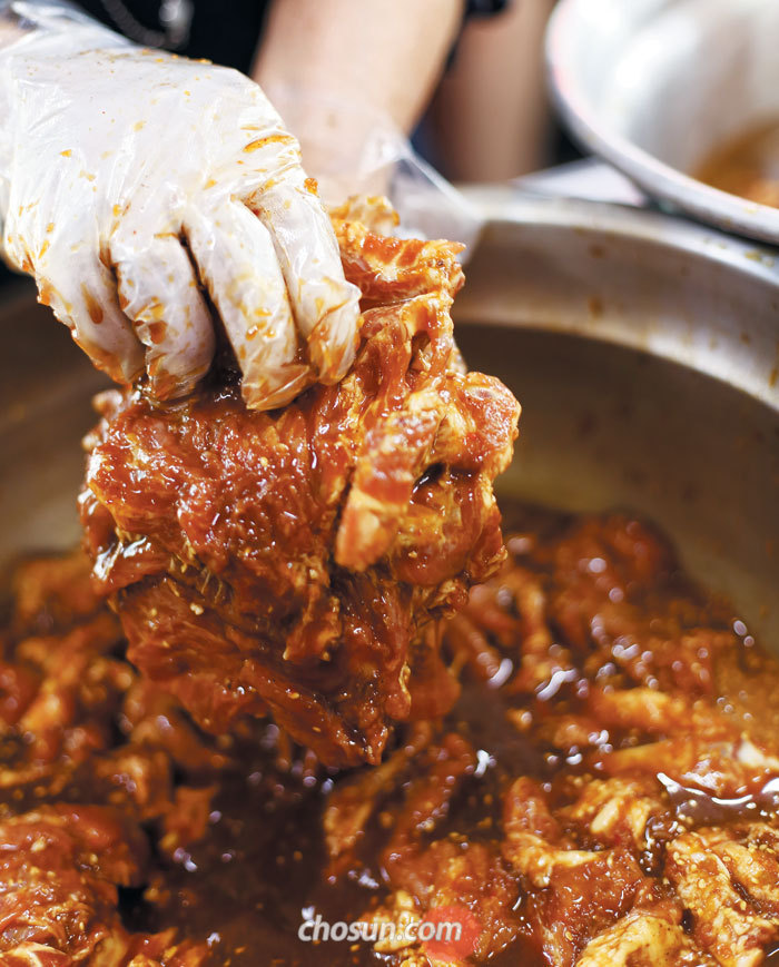 서울 용문동 '용문갈비'에선 매일 손수 손질한 갈빗살을 양념에 재어 낸다.