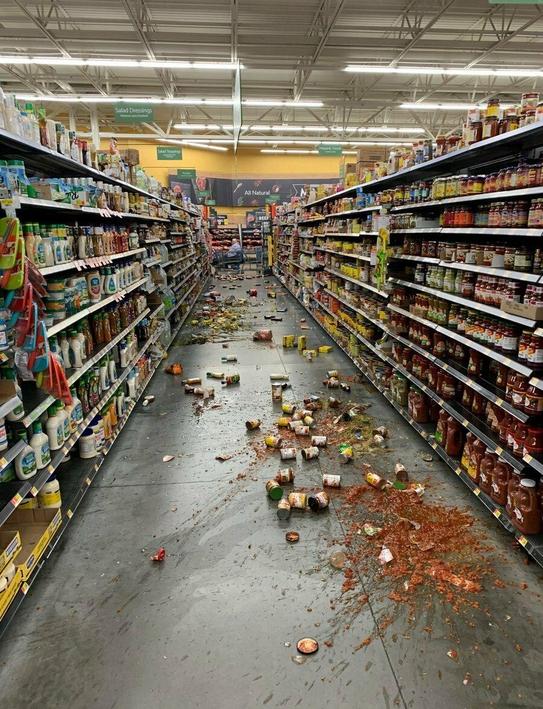 미국 캘리포니아주 남부 리지크레스트 인근에서 2019년 7월 5일 규모 7.1 지진이 일어난 후 유카밸리의 한 월마트 매장에 진열돼 있던 물건들이 떨어져 바닥에 어지럽게 널려있다. /연합뉴스