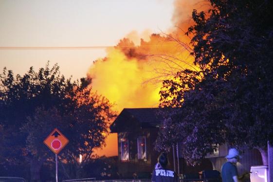 미국 캘리포니아주 남부 리지크레스트 북동쪽 17㎞ 지점에서 2019년 7월 5일 규모 7.1 강진이 일어난 후 리지크레스트의 한 레스토랑 인근에서 화재가 발생, 불길이 치솟고 있다. /연합뉴스