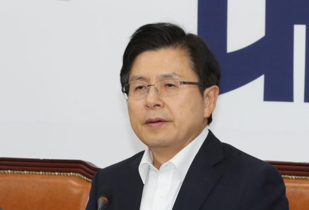 지난달 30일 자유한국당 북핵외교안보특위 긴급현안회의에서 황교안 대표가 회의 시작을 준비하고 있다./연합뉴스