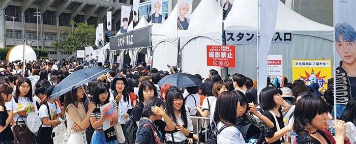 얼어붙은 한·일, 뜨거웠던 BTS 오사카공연 - 일본 아베 정부의 한국에 대한 경제 보복 조치로 한·일 관계가 얼어붙었지만 방탄소년단(BTS)을 향한 일본 젊은 팬들의 응원은 뜨거웠다. 6일과 7일 이틀간 오사카 '얀마 스타디움 나가이'에서 열린 BTS 콘서트는 10만 석 전석이 매진됐다. 일본 아미(BTS 팬)들이 6일 공연장 입장을 기다리며 긴 줄을 서고 있다