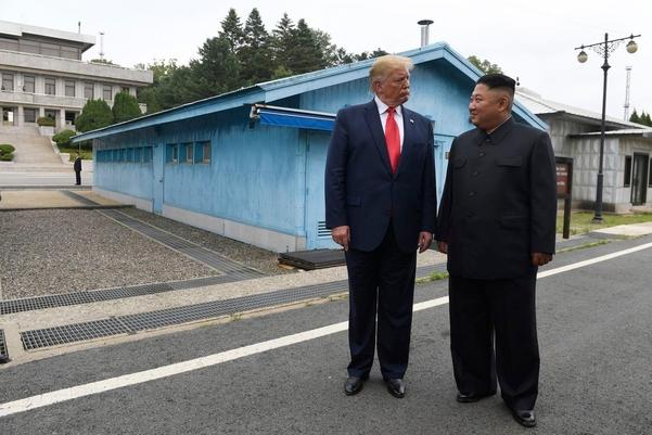 지난달 30일 판문점에서 만난 도널드 트럼프 미국 대통령(왼쪽)과 김정은 북한 국무위원장./AP