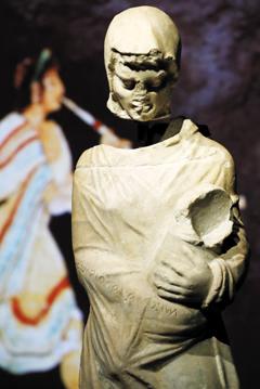 기원전 3세기 전반의 '모자상'.